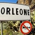 """Roma 23 ottobre – """"Sconcertante il video di presentazione della nuova Skoda Karoq pubblicato dalla rivista francese Automagazine, che ha scelto come set la splendida città di Corleone per accostarla allo stereotipo mafioso. Nel racconto intitolato """"Un'offerta che non si può rifiutare"""" viene utilizzata la musica della celebre colonna sonora del film """"Il Padrino"""", ed è lo stesso giornalista ad esplicitarne il motivo fugando ogni dubbio, è a Corleone infatti che è stato girato il film, poi sale in auto e la prova. Alla fine del video la provocazione di cattivo gusto: """"In Sicilia si è soliti fare così"""" scende e mostra il portabagagli con dentro un uomo incaprettato"""". Lo scrive in una nota il deputato siciliano del Pd Franco Ribaudo. . """"Le immagini – continua – del centro in provincia di Palermo, ricco di storia, di tradizioni, di cultura e di diverse opere d'arte, suscitano davvero tanta indignazione. Si tratta di una mancanza di rispetto nei confronti dei corleonesi e di tutto il popolo siciliano che merita di essere conosciuto al mondo soprattutto per altri ed importanti aspetti. Corleone […]"""